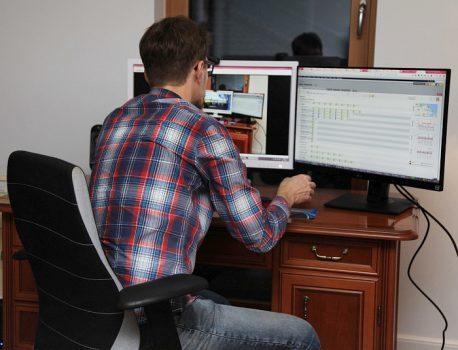 Mann sitzt vor Monitor