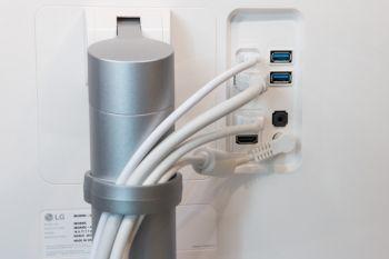 Die Kabel lassen sich mit dem Plastikclip vor oder hinter dem Standfuß platzieren