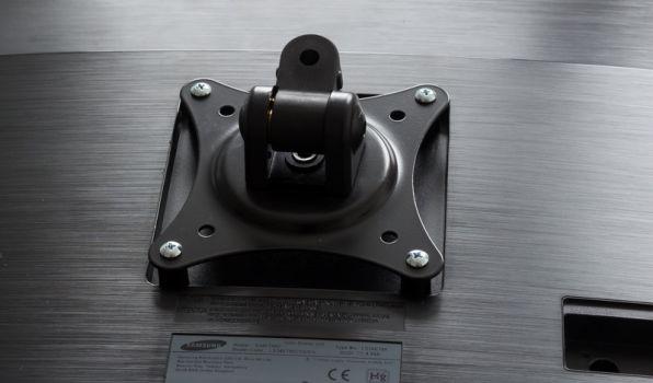 Befestigter Monitor über VESA-100-Bohrungen