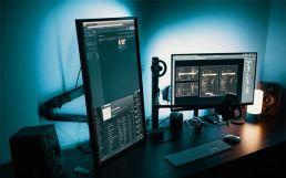 Schreibtisch mit Monitoren (Bild: Josh Sorenson)