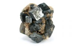 Perowskit-Kristall (Bild: Rob Lavinsky, iRocks.com – CC-BY-SA-3.0)
