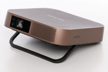 ViewSonic M2 Projektor Ansicht diagonal mit aufgestelltem Standbein
